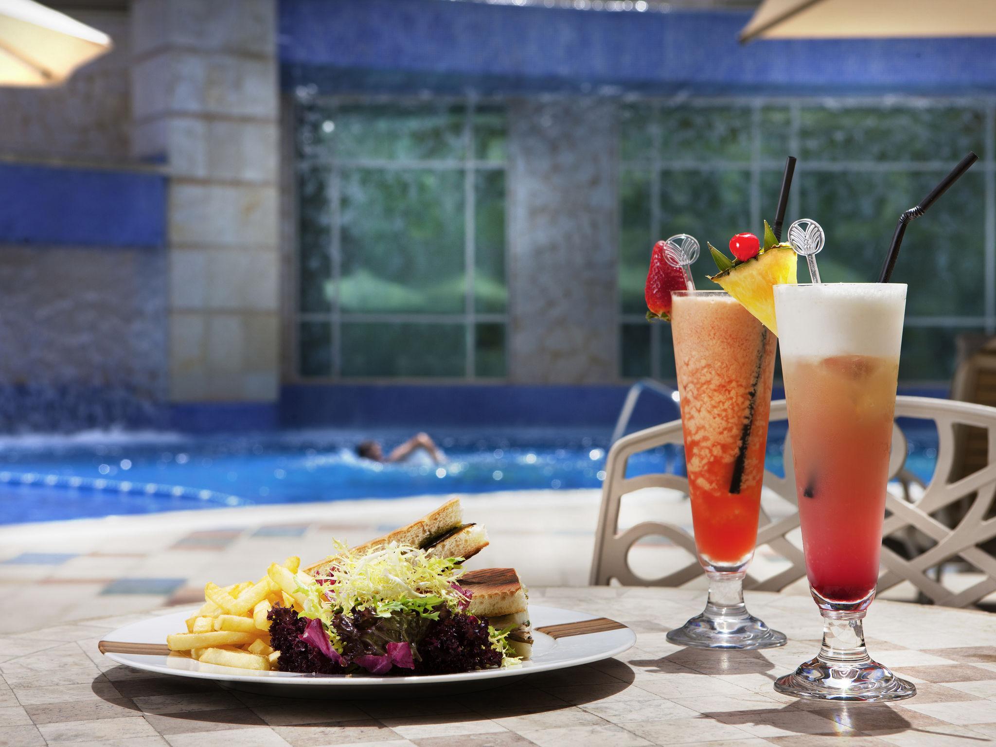 Tận hưởng thời gian thư giãn bên hồ bơi của khách sạn